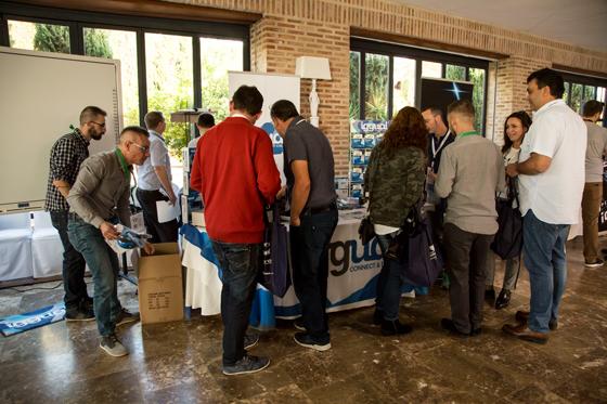 El fabricante iggual atrae a clientes en el stand de la tercera convención anual de Infortisa